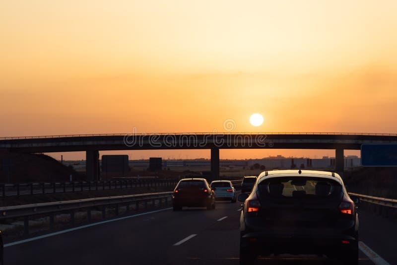 Estrada no por do sol durante a onda de calor, sol alaranjado imagem de stock