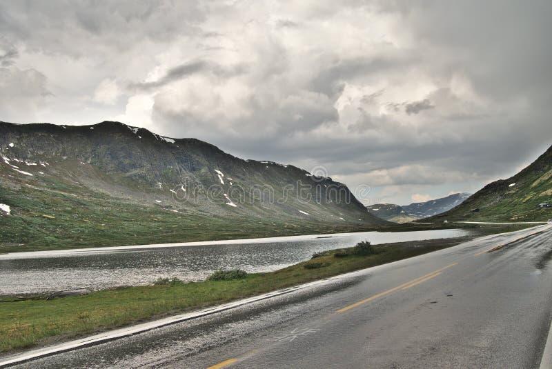 Estrada norueguesa cênico com a paisagem magnífica imagens de stock