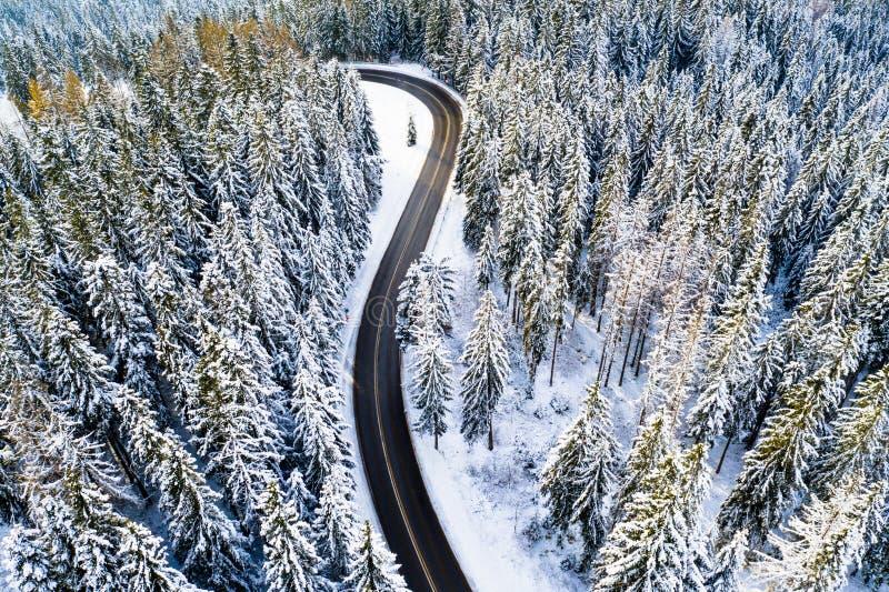 Estrada nova na opinião da estrada da floresta do inverno de cima de imagens de stock