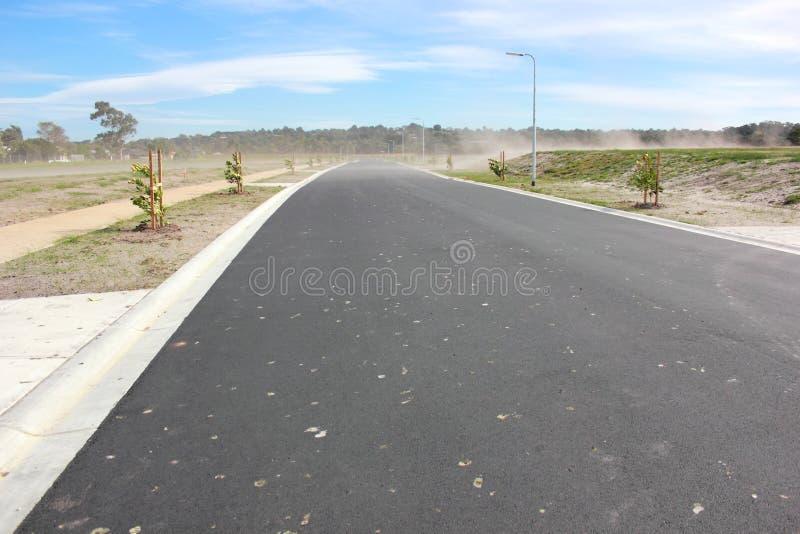 Estrada nova no bairro social fotos de stock