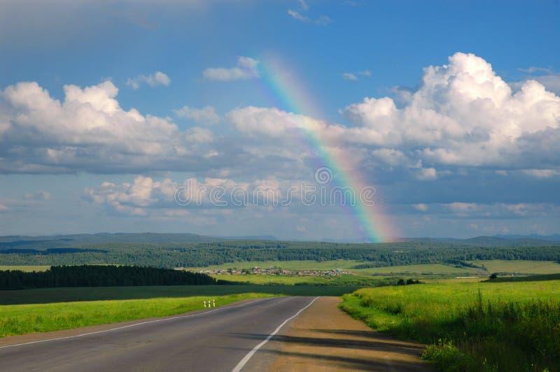 Estrada, nuvens e arco-íris fotos de stock royalty free