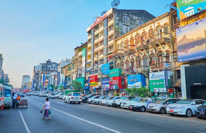 A estrada ocupada, bairro chinês, Yangon, Myanmar fotos de stock royalty free