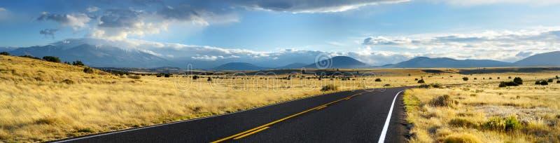 Estrada ondulada infinita bonita no deserto do Arizona fotografia de stock