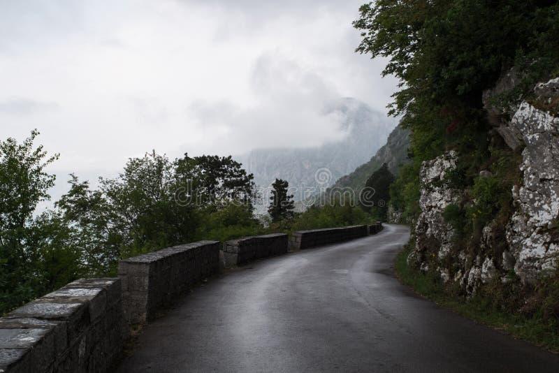 Estrada P1 de Kotor a Cetinje em Montenegro imagem de stock