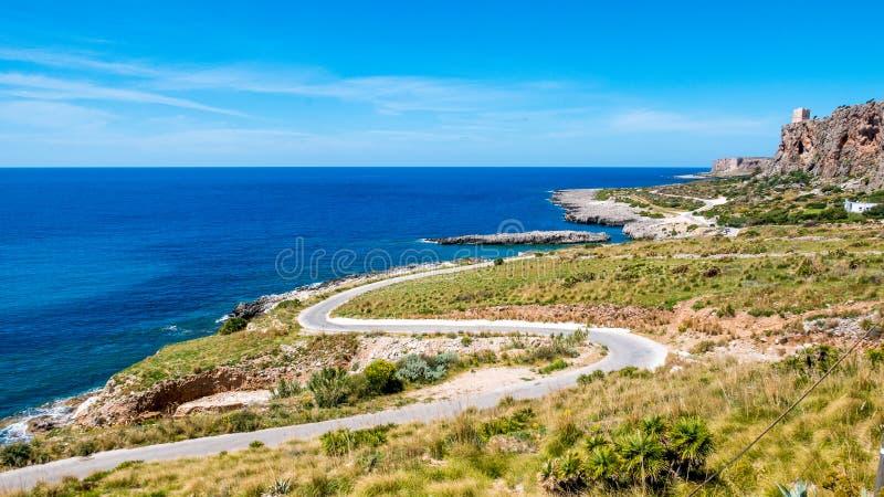 Estrada panorâmico a conduzir sobre o mar Mediterrâneo Coastli selvagem imagens de stock