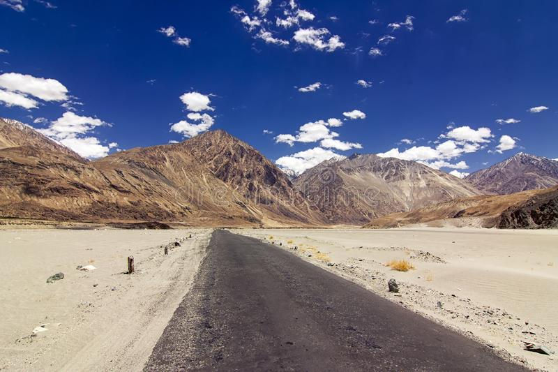 Estrada para as montanhas Himalaias altas de Ladakh, Jammu e Caxemira, Índia fotos de stock royalty free