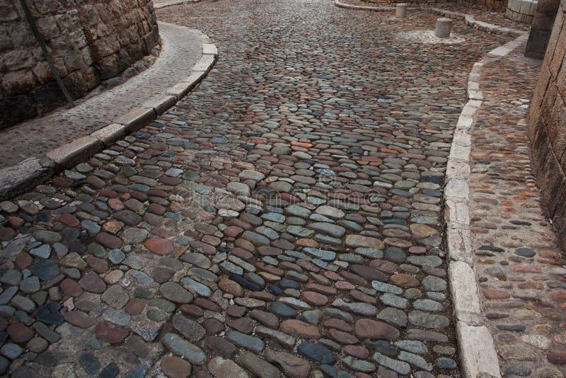Estrada pavimentada pedra na cidade velha fotografia de stock
