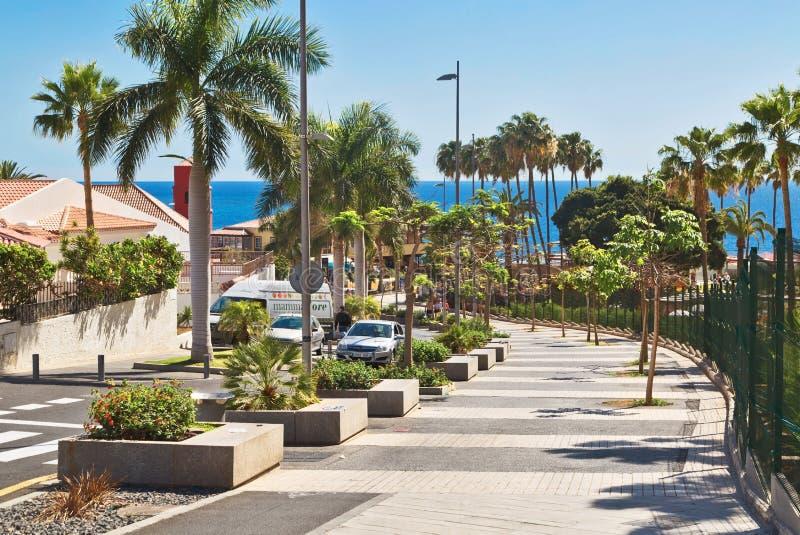 Estrada pedestre ao mar ao longo do avenida Eugenio Dominguez Alfon imagem de stock