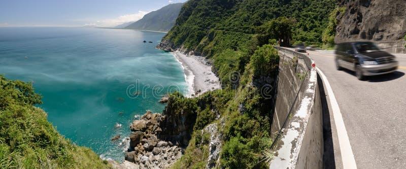 Estrada perto do oceano imagens de stock