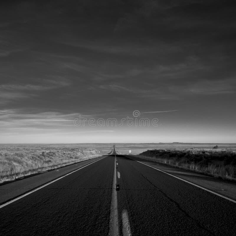 Estrada preto e branco fotografia de stock royalty free