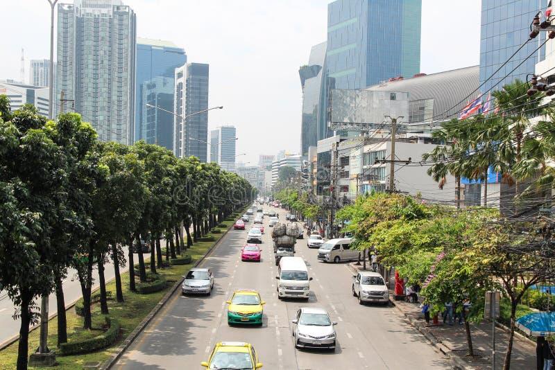 Estrada principal de Banguecoque Tailândia com opinião da cidade imagens de stock royalty free