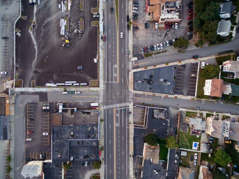Estrada principal de cima através de um zangão em uma cidade pequena imagens de stock