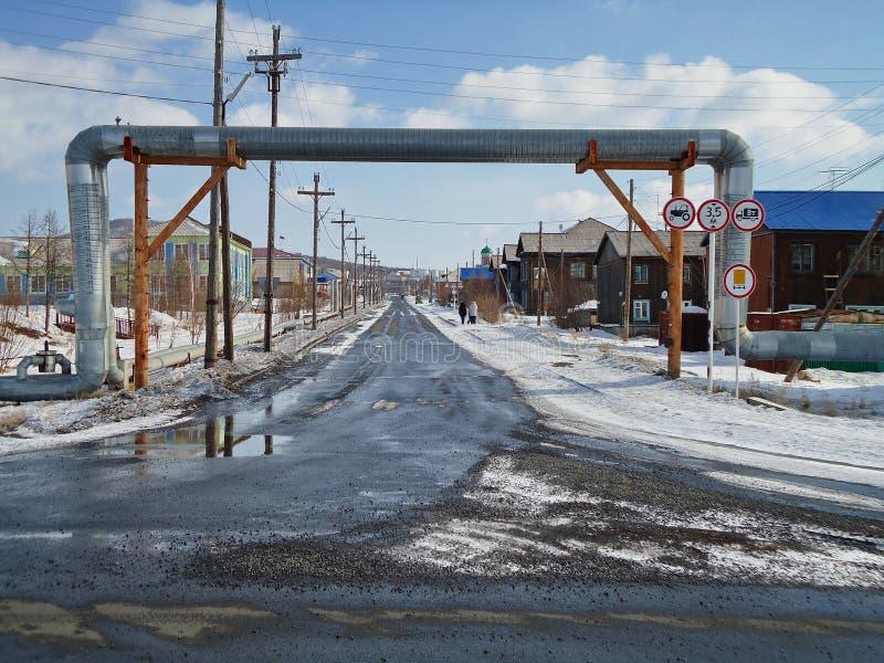 Estrada principal do aquecimento exterior da vila em Evenkia do norte fotos de stock royalty free