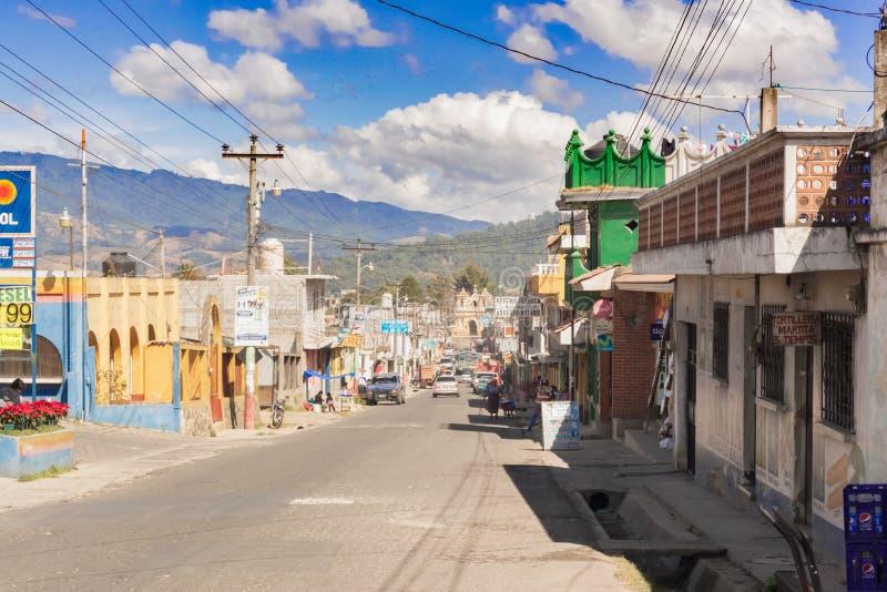 Estrada principal na cidade de Patzun na Guatemala fotografia de stock