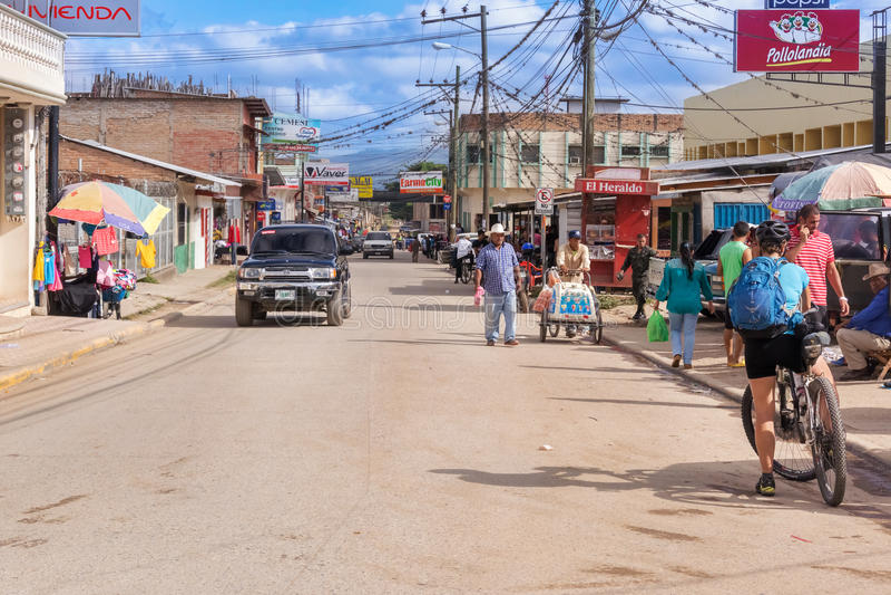 Estrada principal que corre através da municipalidade de Talanga nas Honduras imagem de stock royalty free