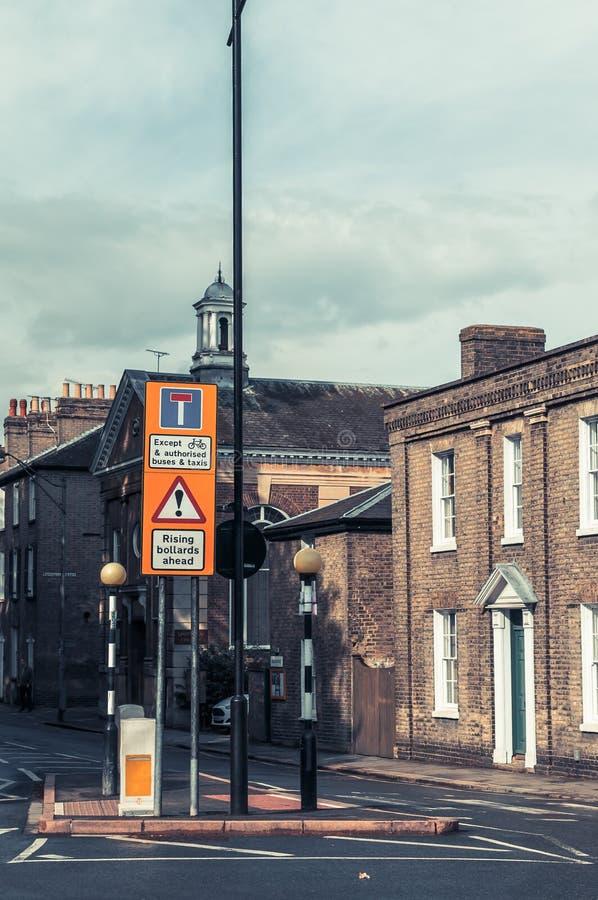 Estrada que adverte postes de amarração bondes retráteis adiante foto de stock royalty free