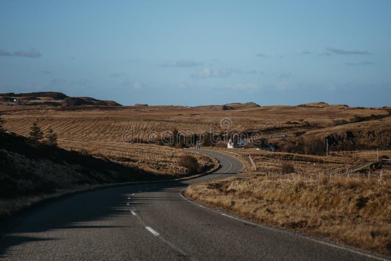 Estrada que atravessa a ilha de Skye, Escócia imagem de stock royalty free