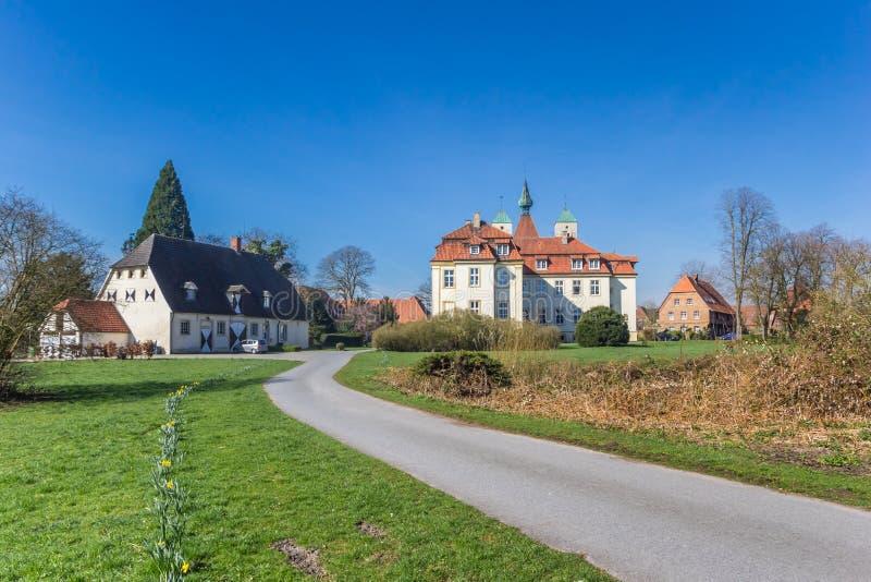 Estrada que conduz ao castelo histórico de Freckenhorst fotografia de stock