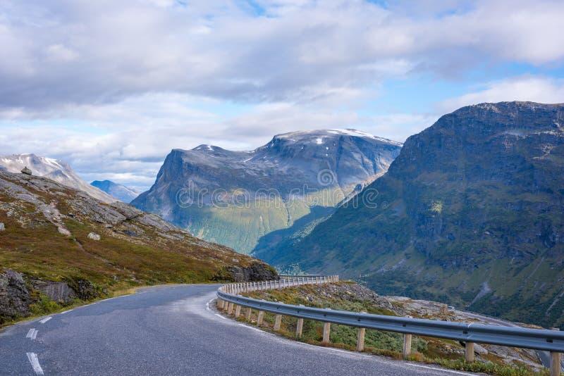 Estrada que conduz para baixo da montanha de Geiranger em Norrway fotos de stock