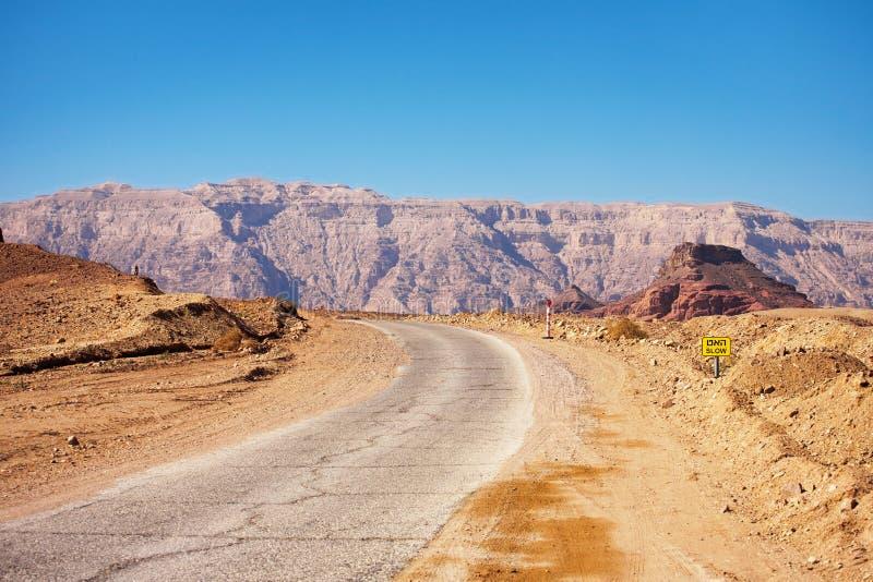 Estrada que corre através do parque nacional de Timna no nea do deserto do Negev foto de stock royalty free