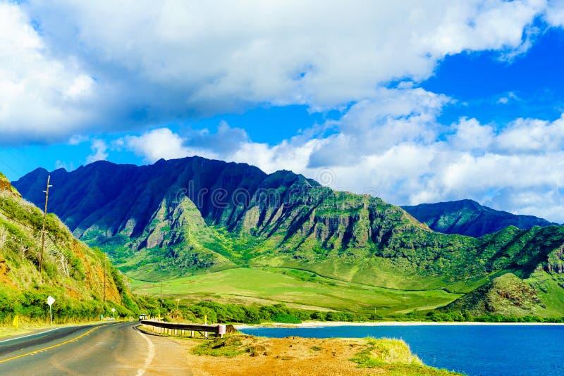 Estrada que desaparece fora em montanhas cênicos fotografia de stock royalty free
