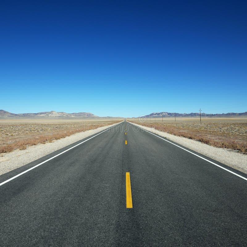 Estrada que estica para o horizonte. imagens de stock royalty free
