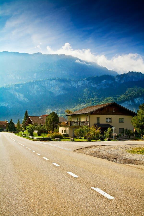 Estrada que funciona através da vila alpina pequena fotos de stock royalty free