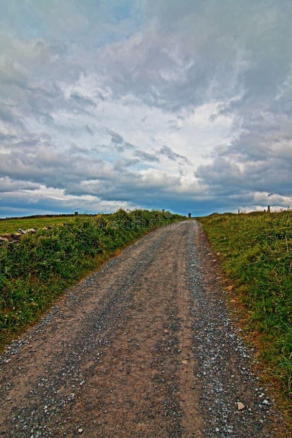 Estrada que vai à torre de Moher nos penhascos de Moher no país Clare foto de stock royalty free