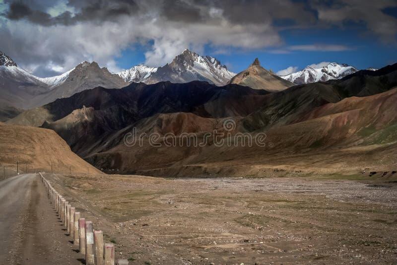 Estrada remota da montanha fotografia de stock