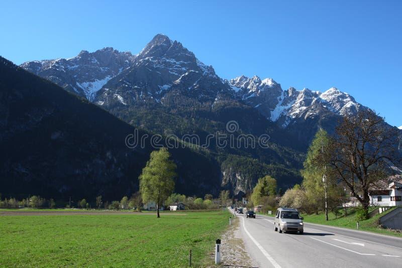 Estrada reta às montanhas imagens de stock royalty free