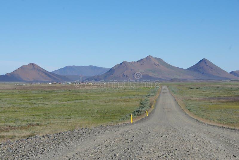 Estrada reta grande de Islândia às montanhas pretas imagens de stock royalty free
