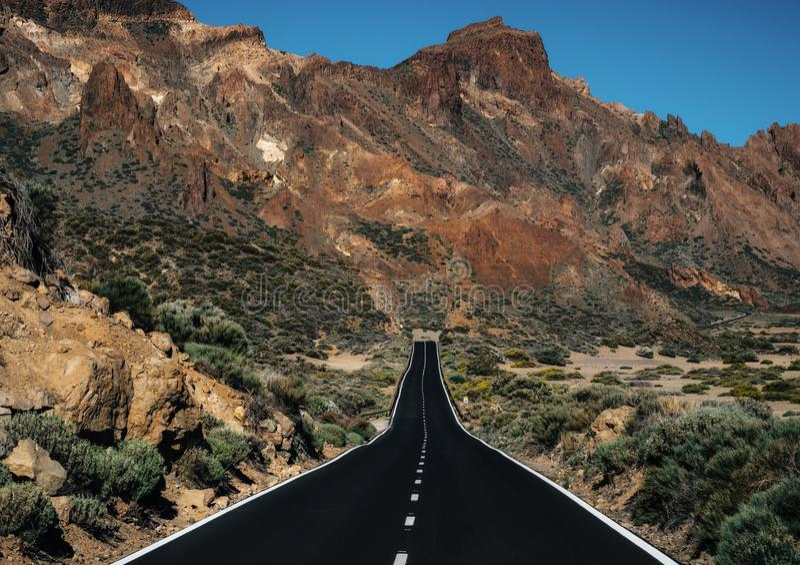 Estrada reta no parque nacional de Teide, Tenerife, Ilhas Canárias imagens de stock