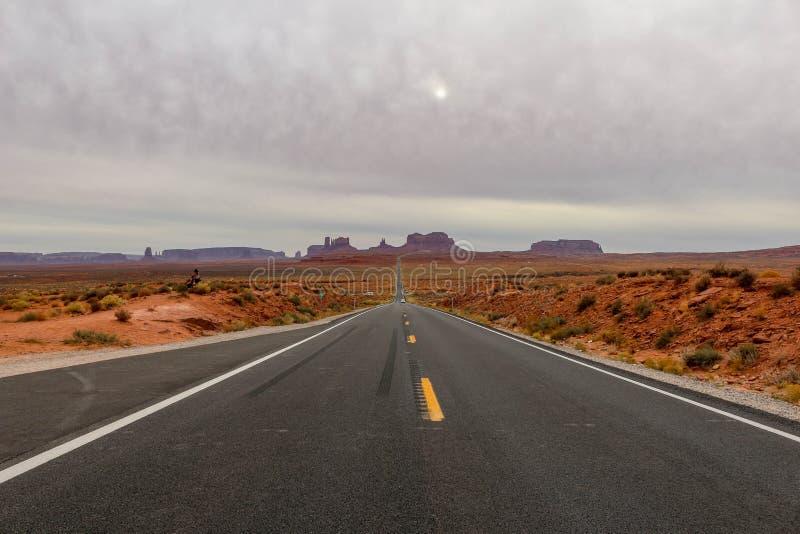 Estrada reta vazia que conduz ao vale do monumento, Utá conhecido como Forrest Gump Point foto de stock royalty free