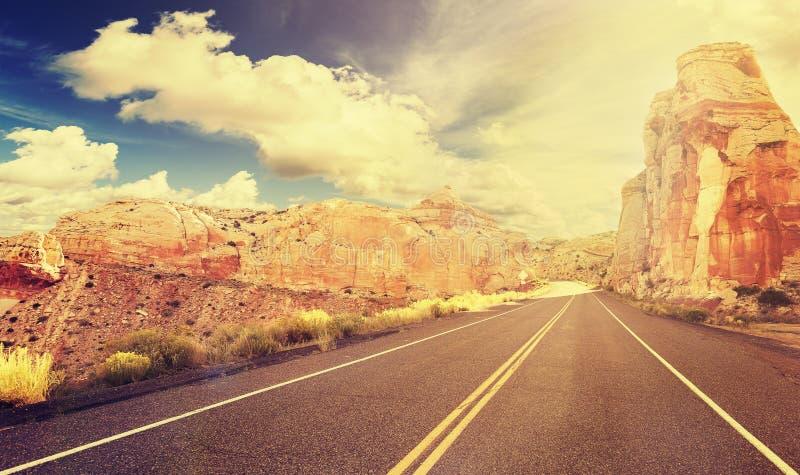 Estrada retro no por do sol, EUA da montanha do estilo do vintage fotos de stock