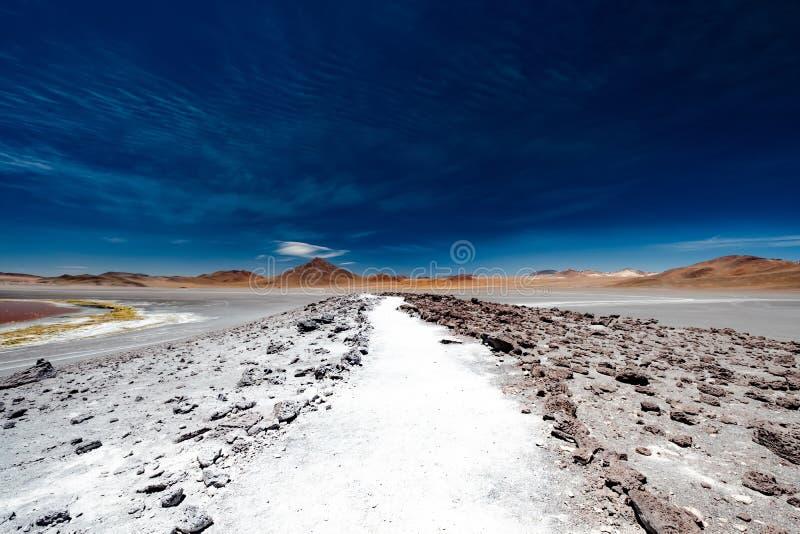 Estrada rochosa entre o deserto boliviano imagem de stock