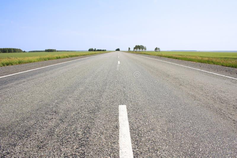 Estrada rodoviária asfaltada com uma tira divisora fotos de stock royalty free