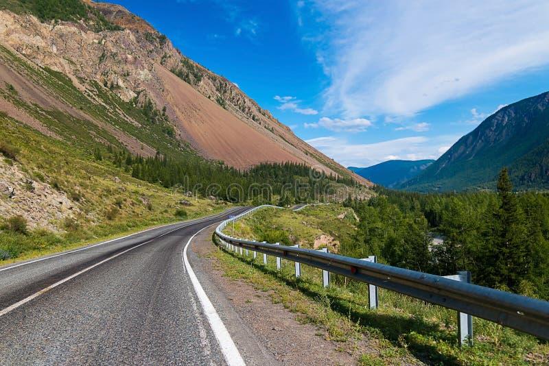 Estrada rodoviária asfaltada entre as montanhas de Altai, república de Altai, Sibéria, Rússia fotografia de stock