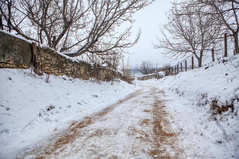 Estrada rural coberta pela neve imagem de stock