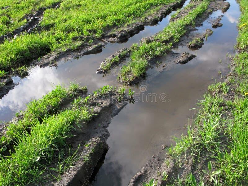 Estrada rural com as rotinas completas da água foto de stock royalty free