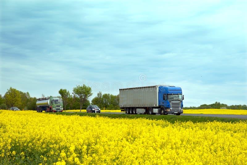 A estrada rural com tráfego fotografia de stock royalty free
