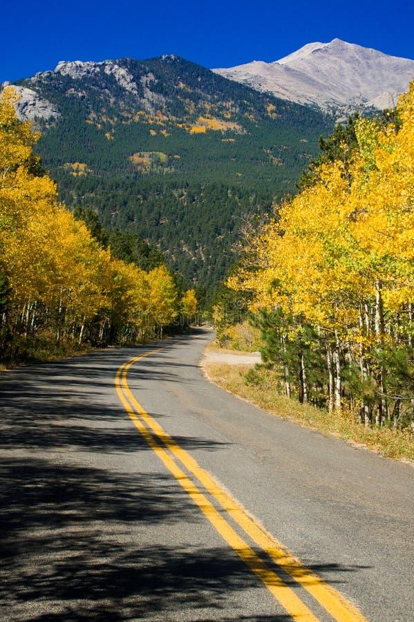 Estrada rural da montanha do outono foto de stock royalty free