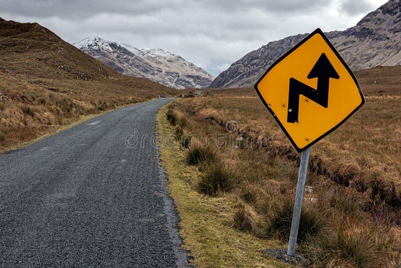 Estrada rural do sinal de tráfego na Irlanda fotos de stock royalty free