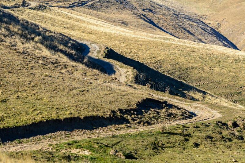 Estrada rural na paisagem da montanha do outono Estrada rural da montanha fotografia de stock
