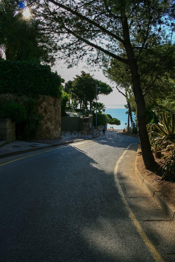 Estrada só do alcatrão à entrada da casa de campo pelo beira-mar e pela maneira t imagens de stock