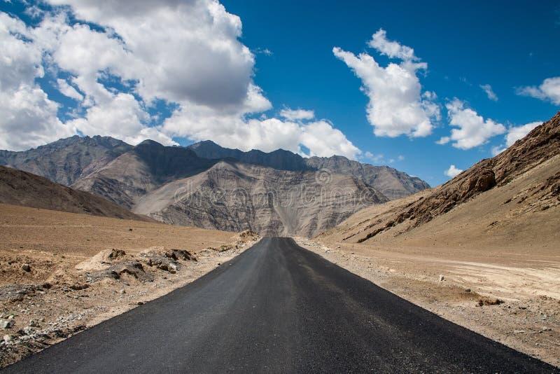Estrada só em Ladakh fotografia de stock royalty free
