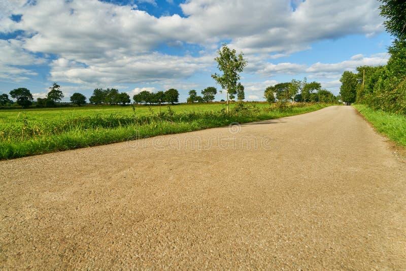 Estrada secundária como uma maneira para a frente ao lado do prado imagem de stock royalty free