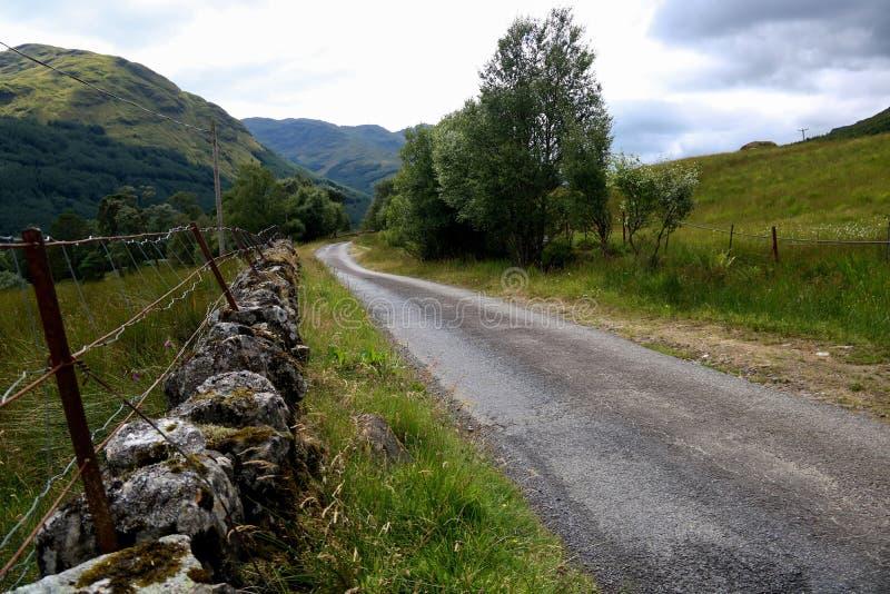 Estrada secundária da única trilha nas montanhas escocesas imagens de stock royalty free