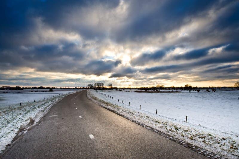 Estrada secundária do inverno fotografia de stock
