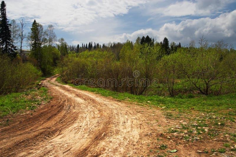 Estrada secundária e céu azul. Sibir. imagem de stock