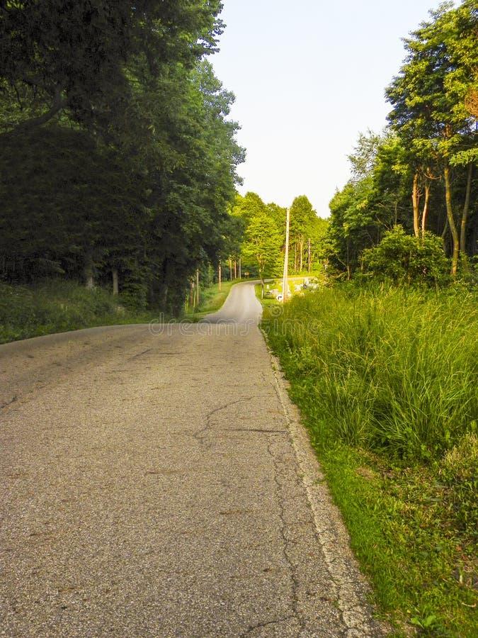 Estrada secundária em montes de Hocking, Ohio do enrolamento foto de stock royalty free